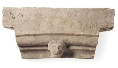 Pierre sculptée d'une tête. H_25 cm L_50 cm