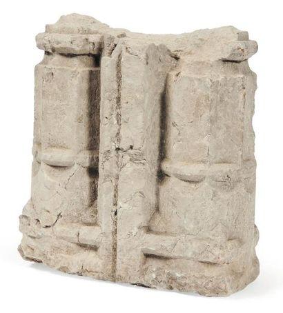 Départ de colonnettes jumelées en pierre calcaire sculptée. Epoque Gothique (fragment)....