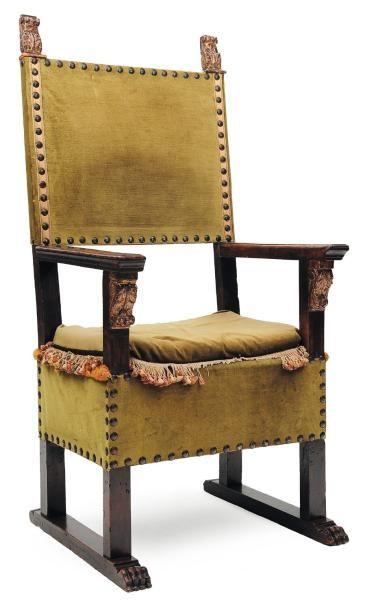 Grand fauteuil en noyer sculpté et en partie...