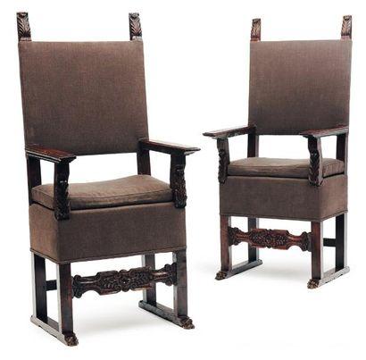 Paire de fauteuils en noyer sculpté reposant...