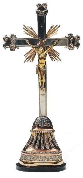 Crucifix en argent et cuivre. Vers 1700, vraisemblablement anvers. Poids brut :...
