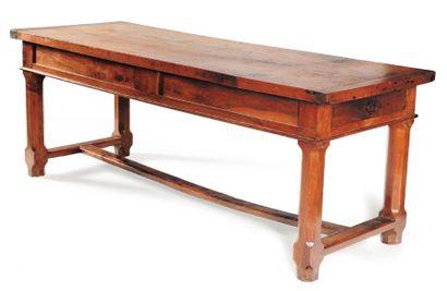 Grande table en noyer ouvrant à deux tiroirs...