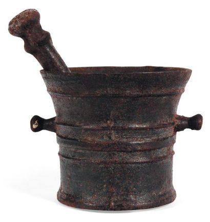Mortier et pilon en fonte de fer ; corps...