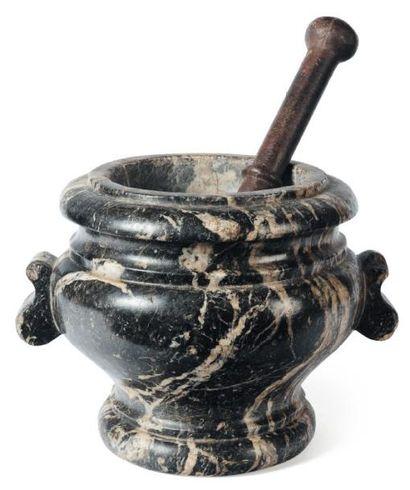 Mortier en marbre veiné blanc et noir avec pilon en bronze ; corps renfl é sur piédouche...