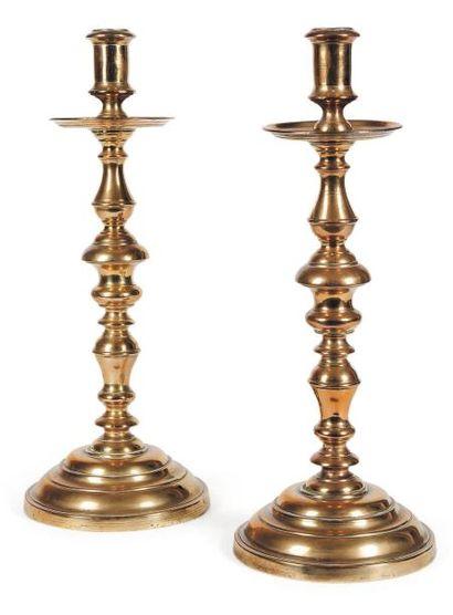 Paire de grands chandeliers en bronze ; bases...