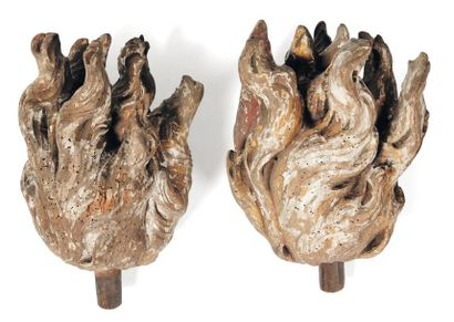Deux flammes en bois sculpté, formant paire....