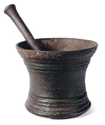 Mortier en fonte de fer avec pilon. XVIIe...