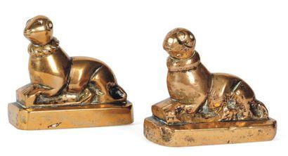 Petite paire de chiens en bronze. XVIIe siècle....