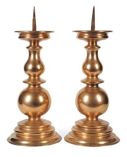 Paire de pique-cierges en bronze ; bases...