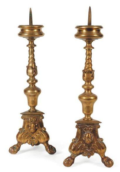 Paire de pique-cierges d'autel en bronze...