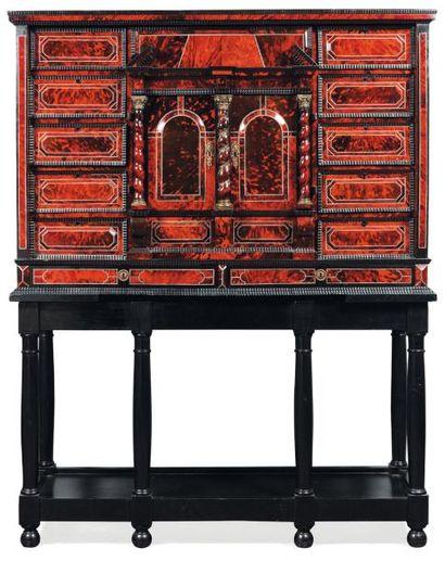 Cabinet en écaille rouge et ébène, la façade...