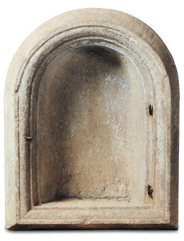 Niche en pierre sculptée de forme cintrée...