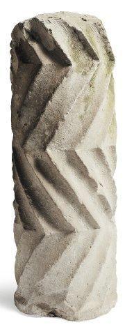 Colonne en pierre calcaire sculptée (accidents)....