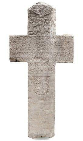 Croix en pierre bleue sculptée d'une épitaphe,...