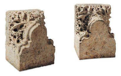 Paire de chapiteaux en pierre calcaire sculptée...