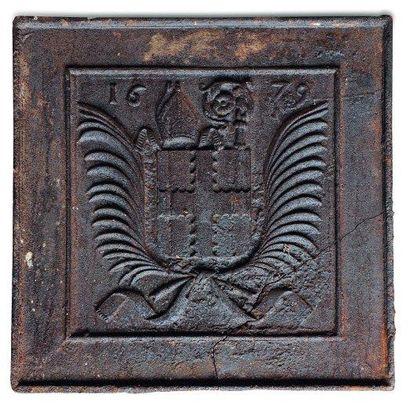 Taque de cheminée en fonte à décor d'armoiries...