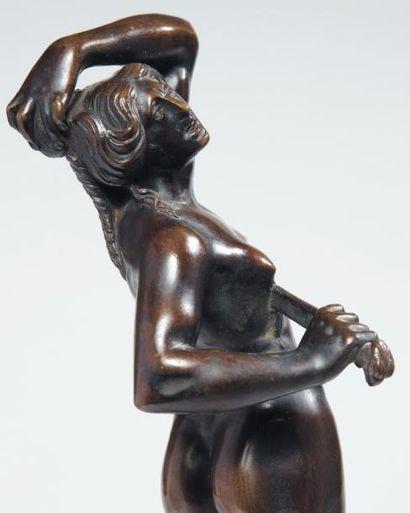 Lucrèce en bronze à patine brune translucide....