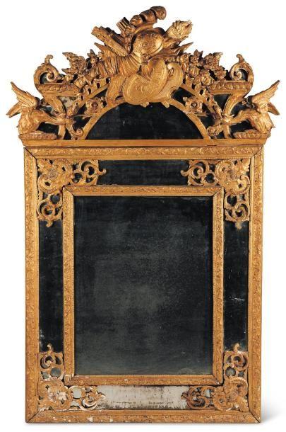 Miroir à fronton en bois doré à décor de...