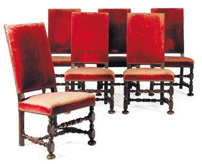 Belle suite de six chaises en noyer tourné,...