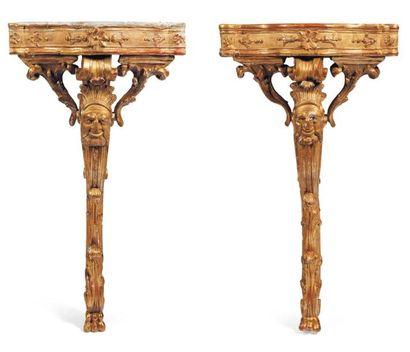 Paire de consoles en bois sculpté et doré....