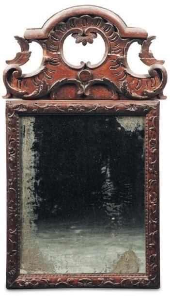 Petit miroir en bois sculpté. Fronton ajouré,...