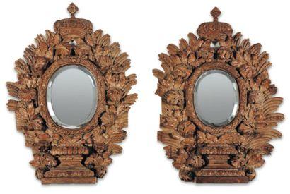 Paire de miroirs en chêne naturel sculpté...