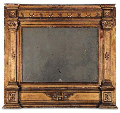 Miroir en bois doré à décor de fl eurs de...