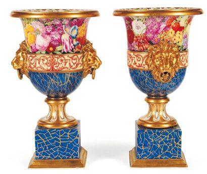 Paire de vases Médicis en porcelaine polychrome....