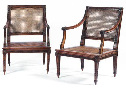 Paire de fauteuils cannés à dossier carré...