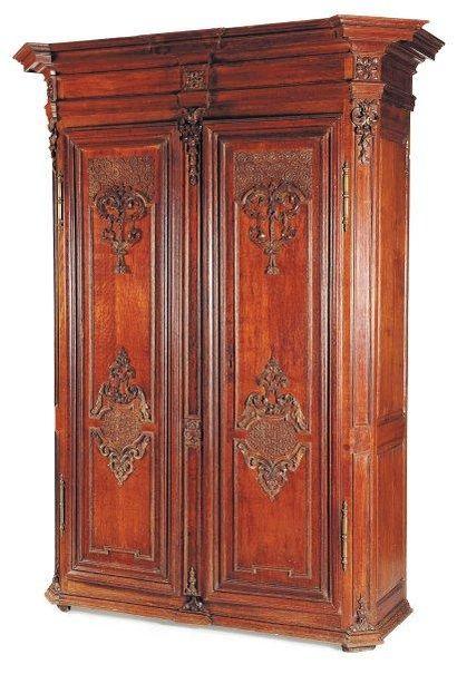 Belle armoire en chêne mouluré ouvrant à...