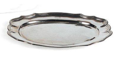 Grand plat ovale en argent, à bordure de...