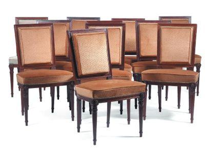 Suite de onze chaises en acajou mouluré à...