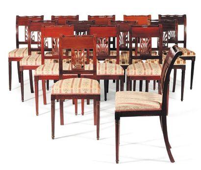Suite de quatorze chaises en acajou à dossier...