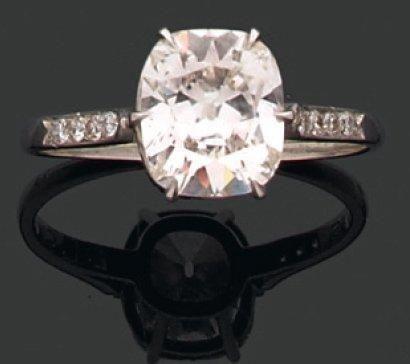 CHAUMET. Années 1980 BAGUE ornée d'un diamant coussin monté en solitaire. Monture...