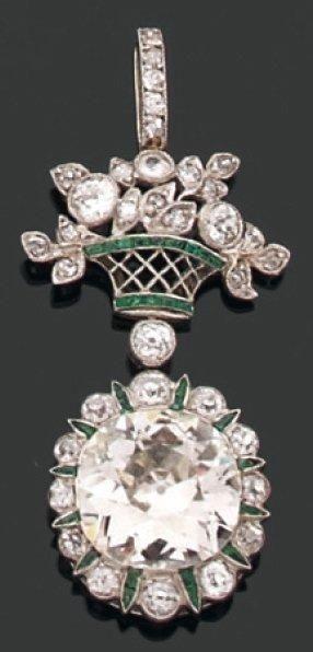 PENDENTIF orné d'un diamant coussin en sertissure....