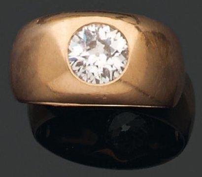 BAGUE jonc ornée d'un diamant brillanté en sertissure. Monture en or rose. Tdd:...