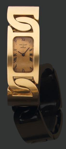 VAN CLEEF & ARPELS. Années 1970 Rare MONTRE-BRACELET en or à boitier rectangulaire...