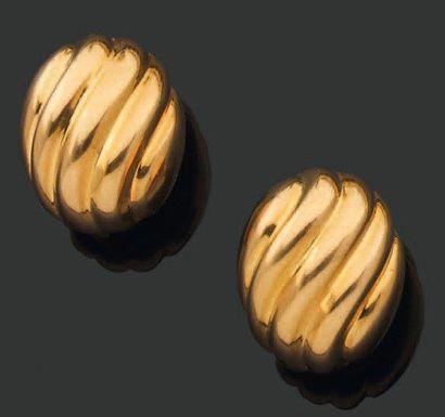 CARTIER. Années 1990 PAIRE de CLIPS d'oreilles de forme ovale bombée à godrons. Monture...