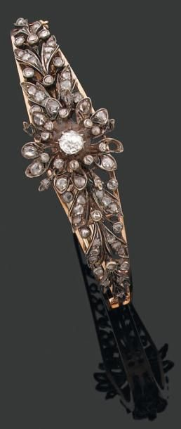 BRACELET rigide ouvrant à décor d'églantine entièrement serti de diamants brillantés...