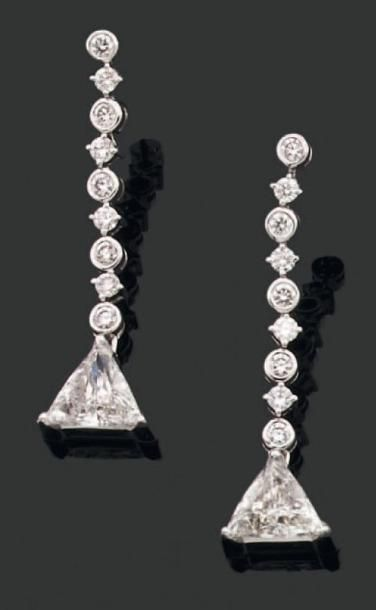 PAIRE de PENDANTS d'oreilles ornés de diamants...