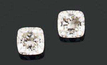 PAIRE de MOTIFS d'oreilles ornés chacun d'un diamant coussin en chaton à griffes....