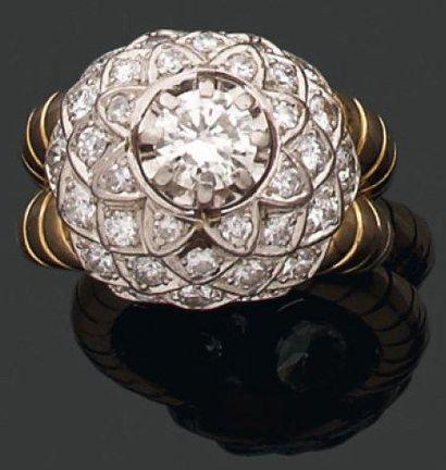 BAGUE dôme ornée d'un diamant brillanté sur...