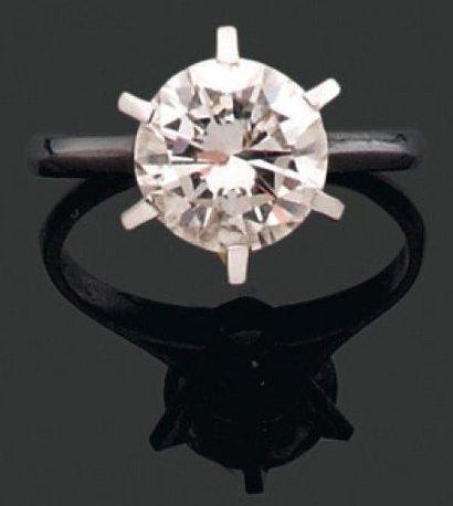 BAGUE ornée d'un diamant brillanté monté...