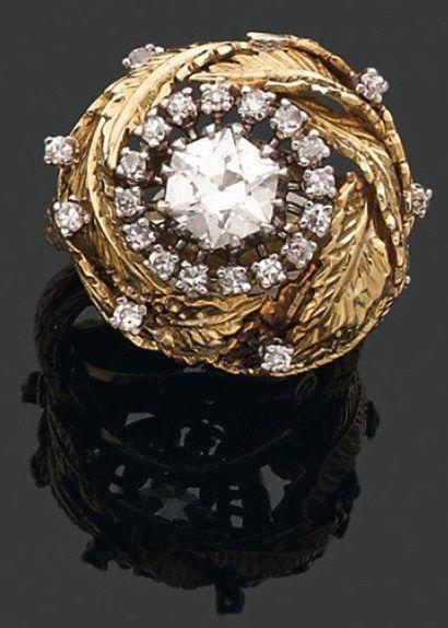 BAGUE dôme ornée d'un diamant hexagonal en...