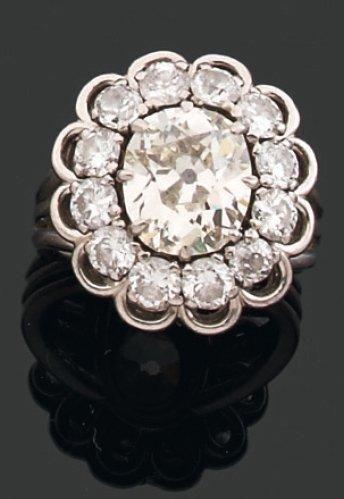 BAGUE ornée d'un diamant coussin ovalisé...