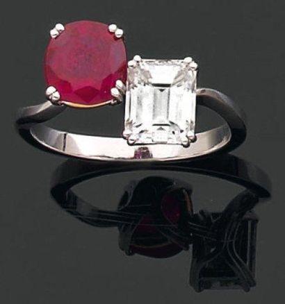 BAGUE croisée ornée d'un diamant rectangulaire...