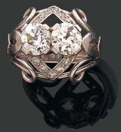 BAGUE dôme ornée de deux diamants brillantés...