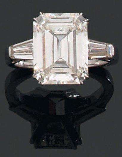 BAGUE ornée d'un diamant rectangulaire taillé...