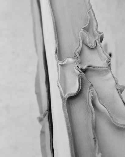 PEPE HEYKOOP (NÉ EN 1984) Prototype Banc « Skin Bench » Cuir et bois. 2010 H_90 cm...