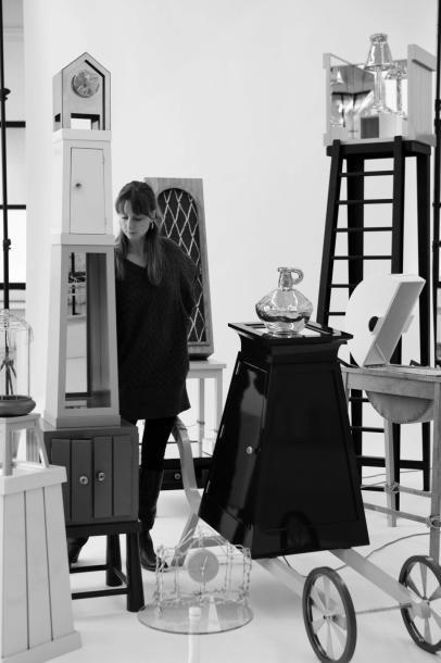 KIKI VAN EIJK (NÉ EN 1978) Édition Limitée Totem Laiton, céramique dorée, miroir...